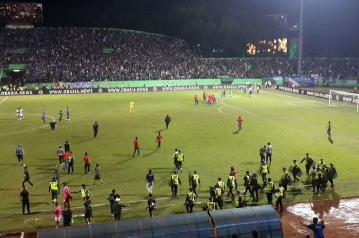 Aremania langsung turun ke lapangan seusai laga Arema FC melawan PS Tira Persikabo di Stadion Kanjuruhan, Kabupaten Malang, Sabtu (30/6/2019).