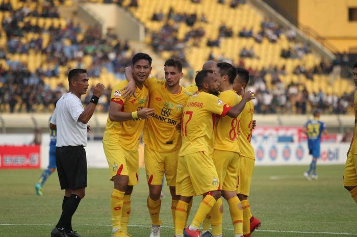 Pemain Bhayangkara FC, Jajang Mulyana, melakukan selebrasi usai mencetak gol ke gawang Persib Bandung