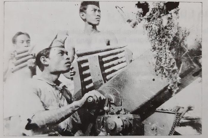 Pejuang Republik berlaga dengan meriam penangkis serangan udara dalam Pertempuran Surabaya. Mungkin operator meriam itu bernama Gumbreg, yang berhasil menjatuhkan lebih dari sepuluh pesawat musuh.