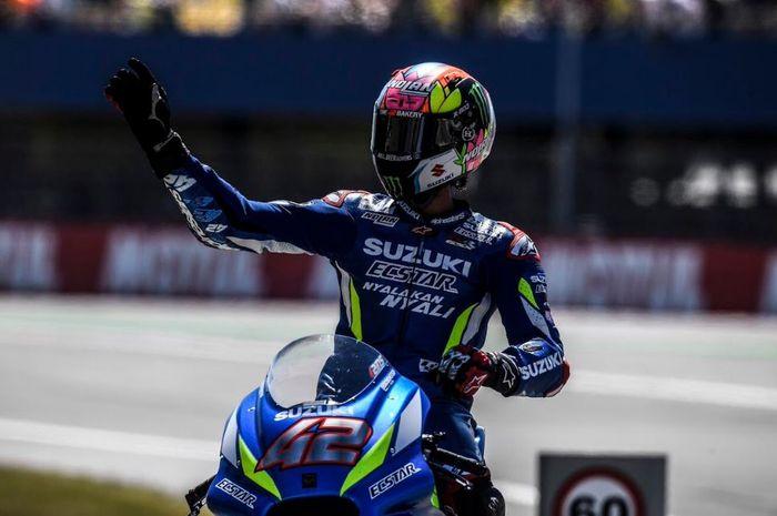 Pembalap Suzuki Ecstar, Alex Rins lakukan selebrasi usai meraih posisi tiga pada kualifikasi MotoGP Belanda 2019, Sabtu (29/6/2019)