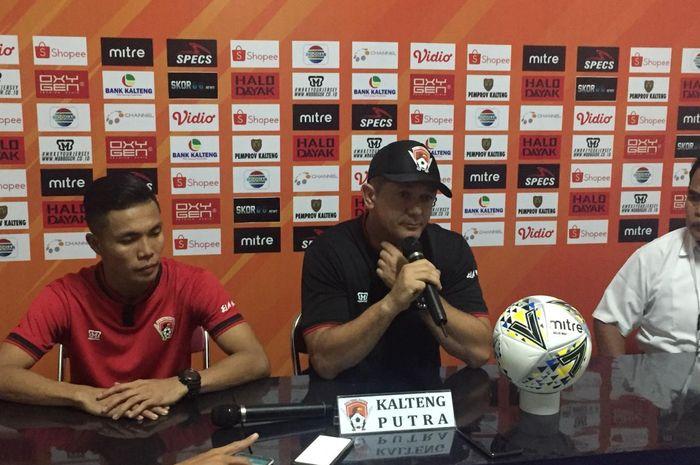 Pelatih Kalteng Putra, Gomes de Oliveira, memberikan keterangan saat konferensi pers setelah pertandingan melawan Borneo FC pada pekan keenam Liga 1 2019.
