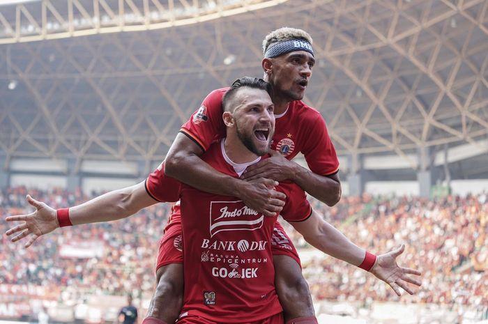 Selebrasi duo pemain asing Persija, Marko Simic dan Bruno Matos (belakang) seusai mencetak gol ke gawang PSS Sleman pada lanjutan Liga 1 2019 di Stadion Patriot, Kota Bekasi, 3 Juli 2019.