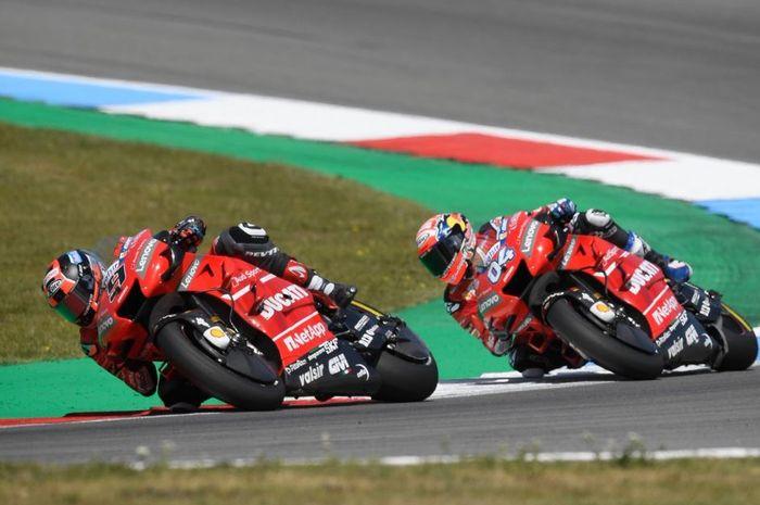 Aksi para pembalap Ducati, Danilo Petrucci (depan) dan Andrea Dovizioso (belakang) pada MotoGP Belanda 2019, Minggu (30/6/2019)