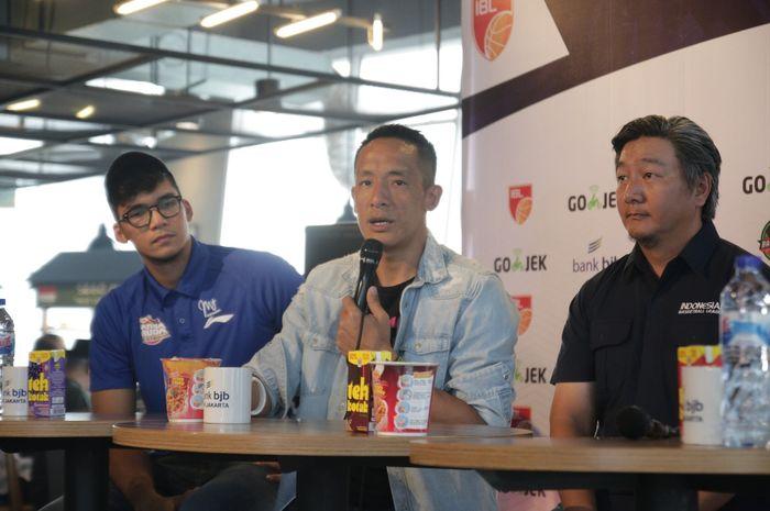 (ki-ka) Pemain Satria Muda Pertamina Jakarta, Kevin Yonas Sitorus, Ketua Panpel IBL 3x3 Basketball 2019, Anthony Gunawan, dan Direktur IBL, Hasan Gozali, pada konferensi pers hari Kamis (4/7/2019) di Jakarta.