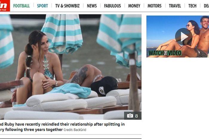 Gelandang Tottenham Hotspur, Dele Alli ketika pingsan di pinggir pantai Pulau Mykonos, Yunani ditemani kekasihnya, Ruby Mae.