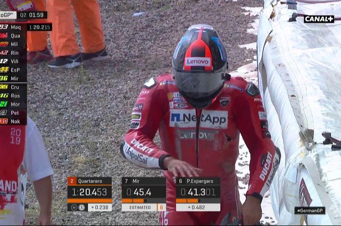 Rider Ducati, Danilo Petrucci, berjalan dari lokasi crash besar di Tikungan 9 Q2 atau Kualifikasi 2 MotoGP Jerman 2019.