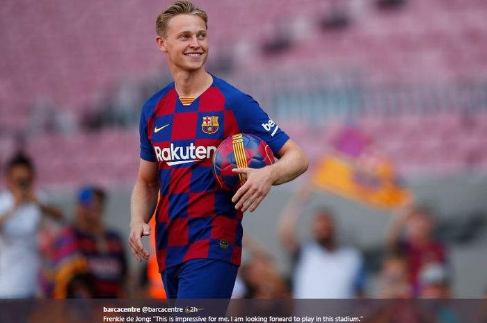 Gelandang baru Barcelona dari Ajax Amsterdam, Frenkie de Jong resmi diperkenalkan ke publik di Camp Nou, Jumat (5/7/2019).