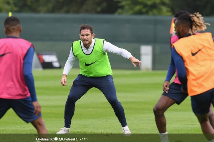 Pelatih Chelsea, Frank Lampard (tengah), memimpin para pemainnya berlatih.