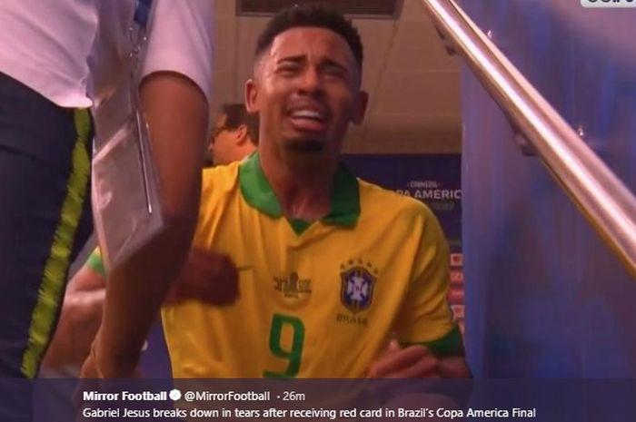 Penyerang Brasil, Gabriel Jesus menangis di lorong setelah menerima kartu kuning kedua dari wasit Roberto Tobar akibat melanggar Carlos Zambrano pada final Copa America 2019, Minggu (7/7/2019).