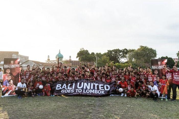 Bali United membagikan 1000 bola gratis dan meresmikan akademi sepak bola  di wilayah Lombok.