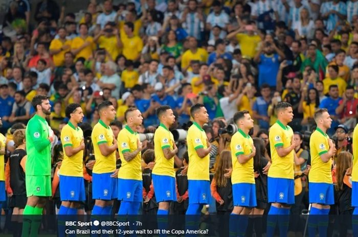 Timnas Brasil saat menyanyikan lagu kebangsaan sebelum dimulainya pertandingan Copa America 2019.