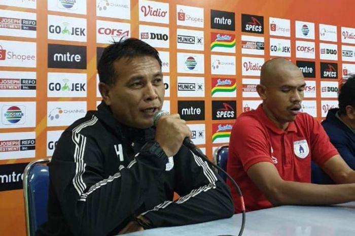 Pelatih sementara Persipura Jayapura, Alan Haviludin, memberikan keterangan sebelum laga kontra Perseru Badak Lampung FC pada pekan kedelapan Liga 1 2019.