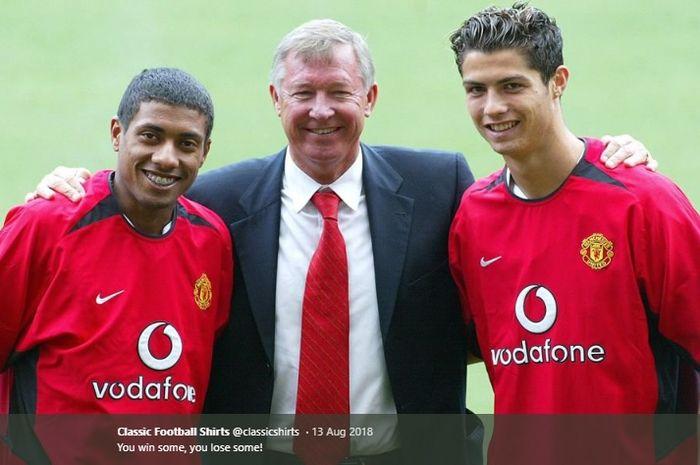 Sir Alex Ferguson diapit oleh Kleberson dan Cristiano Ronaldo yang diperkenalkan sebagai pemain baru Manchester United pada musim panas 2003.