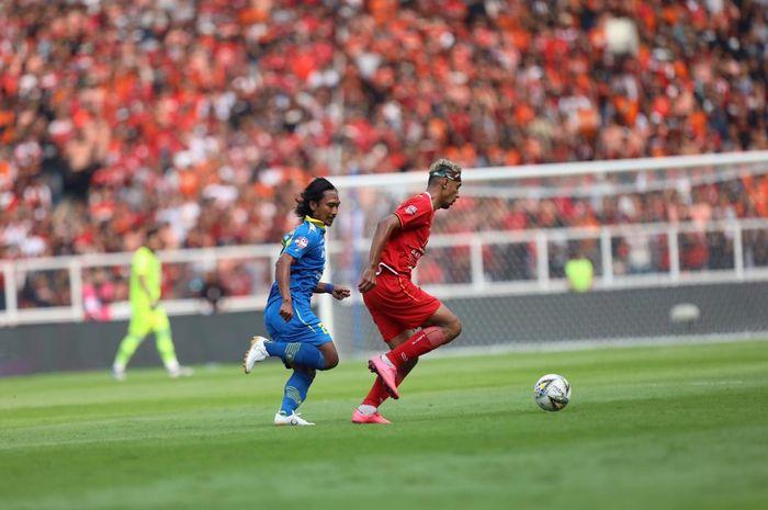 Hariono (kiri) mengejar Bruno Matos dalam duel Persija Jakarta Vs Persib Bandung pada pekan kedelapan Liga 1 2019 di Stadion SUGBK, Rabu (10/7/2019).