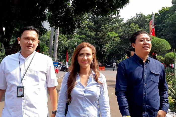 Rey Utami, Pablo Putra Benua, dan pengacara Farhat Abbas, di Direktorat Reserse Kriminal Khusus Polda Metro Jaya, Rabu (10/7/2019).