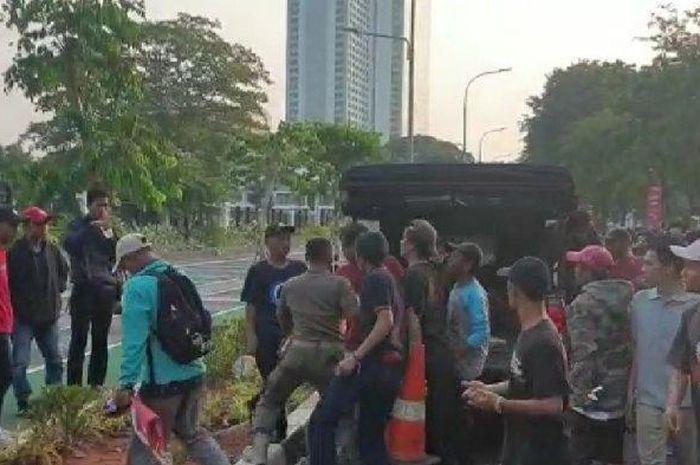 Kericuhan pedagang asongan dan Satpol PP saat laga Persija vs Persib di luar area Stadion Gelora Bung Karno, Senayan, Jakarta.