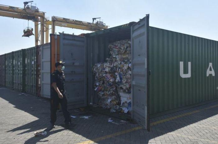 Petugas bea cukai berdiri di dekat kontainer sampah di pelabuhan Tanjung Perak, Surabaya, Jawa Timur, 9 Juli 2019.