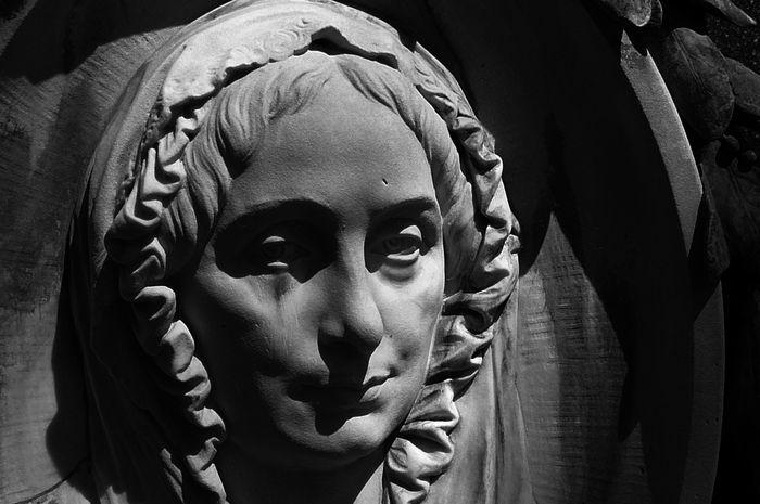 Ida Laura Reyer Pfeiffer (1797-1858), pelancong perempuan pertama di Hindia Belanda.  Relief yang menampakkan raut wajah Ida, yang menajdi penanda makamnya di Wina, Austria.