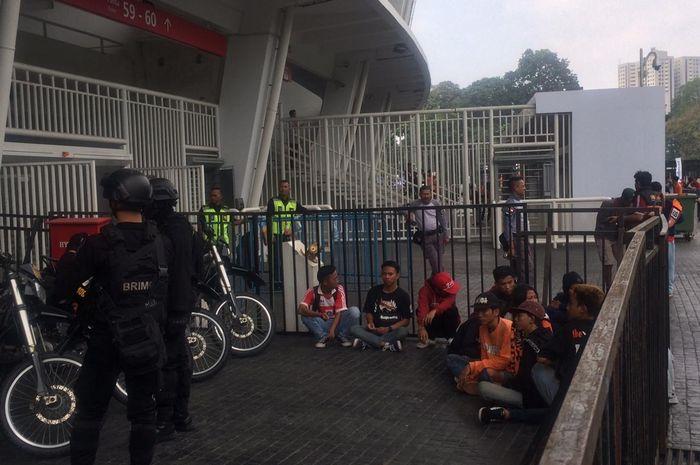 Para The Jak Mania asal Indramayu, Jawa  Barat yang sebelumnya dikira bobotoh saat diamankan polisi di sekitaran SUGBK, Jakarta Pusat pada Rabu (10/7/2019) pagi.