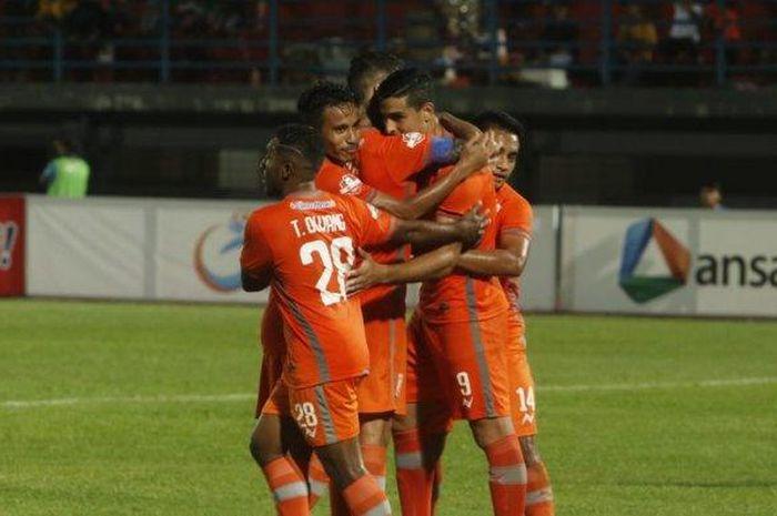 Para pemain Borneo FC merayakan gol yang dicetak oleh Matias Conti ke gawang PSIS Semarang pada pekan kedelapan Liga 1 2019.
