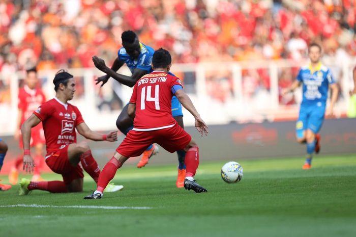 Ezechiel N'Douassel melepaskan tembakan dalam duel Persija Jakarta Vs Persib Bandung pada pekan kedelapan Liga 1 2019 di Stadion SUGBK, Rabu (10/7/2019).