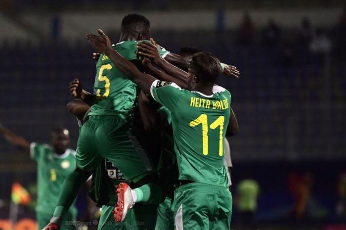 Para pemain timnas Senegal merayakan kelolosan ke semifinal Piala Afrika 2019 setelah mengalahkan timnas Benin 1-0 di Stadion 30 June Stadium, 10 Juli 2019.
