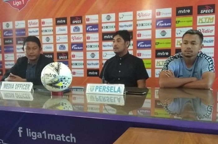 Pelatih Persela Lamongan, Nil Maizar, saat menjalani jumpa pers sebelum pertandingan Persela Lamongan melawan Kalteng Putra, Kamis (11/07/2019).