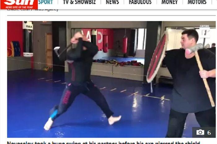 Petarung MMA asal Rusia, Maxim Novoselov tanpa sengaja membacok lengan rekannya saat latihan di gym menggunakan kapak.