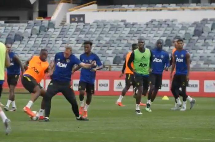 Aaron Wan-Bissaka melakukan gerak tipu untuk menghindari terjangan Phil Jones dalam latihan pramusim Manchester United, 10 Juli 2019.