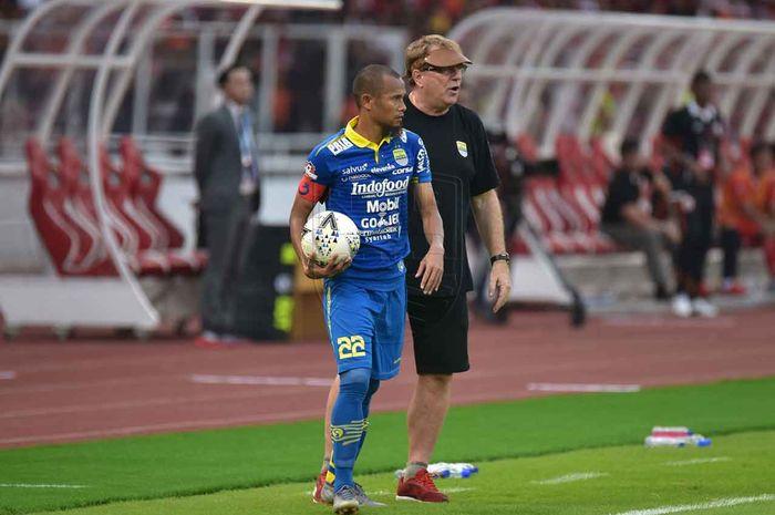 Kapten Persib Bandung, Supardi Nasir, mendapatkan arahan dari pelatih Robert Rene Alberts saat laga melawan Persija Jakarta pada pekan kedelapan Liga 1 2019.