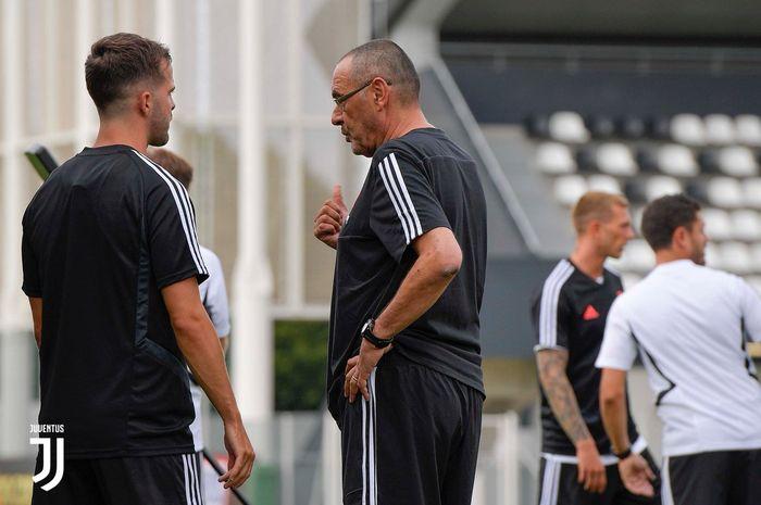 Gelandang Juventus Miralem Pjanic (kiri) berbincang dengan pelatih Maurizio Sarri (kanan).