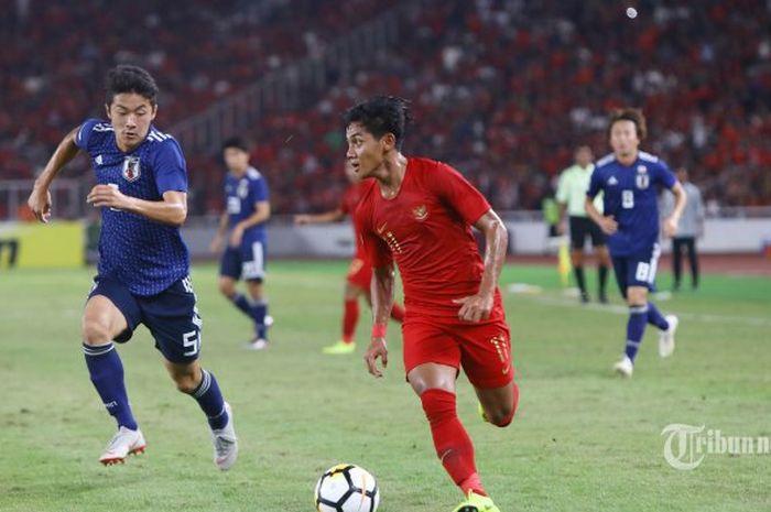 Bek kanan timnas U-19 Jepang, Yukinari Sugawara mengejar bek kiri timnas U-19 Indonesia, Firza Andika, pada laga perempat final Piala Asia U-19 2018 di Stadion Utama Gelora Bung Karno, Jakarta, Minggu (28/10/2018).
