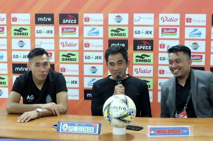 Pelatih PSS Sleman, Seto Nurdiantoro, memberikat keterangan saat konferensi pers setelah pertandingan melawan Persebaya Surabaya pada pekan kedelapan Liga 1 2019.