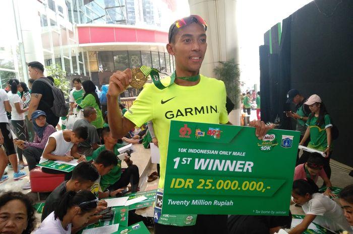 Juara Milo Jakarta 10K, Agus Prayogo berpose di Kuningan, Jakarta, Minggu (14/7/2019).