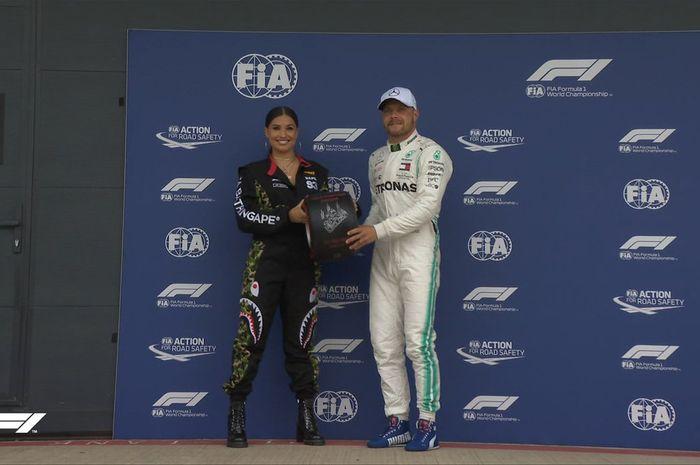 Pembalap Mercedes, Valtteri Bottas, menerima penghargaan saat meraih pole position Formula 1 GP Inggris di Sirkuit Silverstone, Sabtu (13/7/2019).