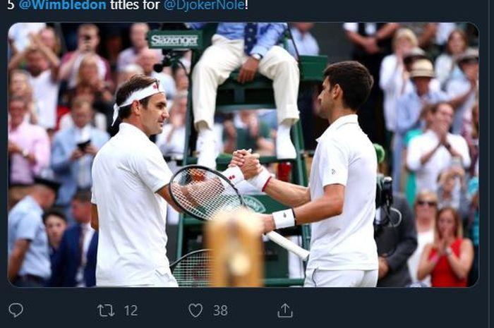 Novak Djokovic memberi salam kepada Roger Federer usai mengalahkan petenis asal Swiss itu dalam laga final Wimbledon 2019, Minggu (14/7/2019).