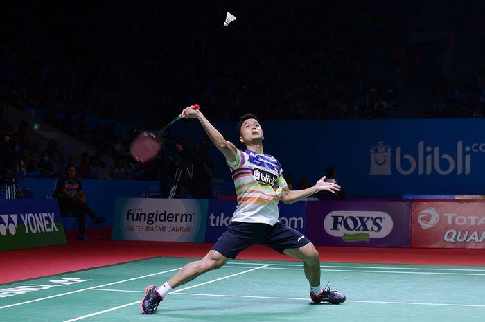 Pebulutangkis putra Indonesia, Anthony Sinisuka Ginting saat melawan Lu Guang Zu (China) pada Indonesia Open 2019, Senin (16/7/2019)
