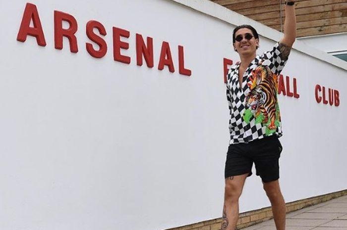 Tampilan gaya ala Bellerin saat datang ke markas Arsenal