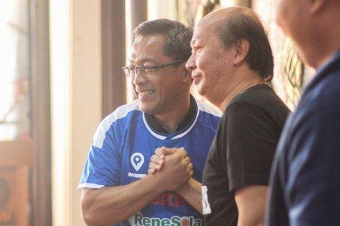 Pelatih baru PSIM, Aji Santoso (kiri) bersama CEO PT PSIM Jaya, Bambang Susanto, dalam sesi perkenalan di Monumen PSSI, Yogyakarta, Senin (15/7/2019).
