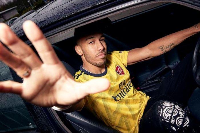 Aubameyang memperkenalkan kostum tandang Arsenal 2019-2020 berkolaborasi dengan Adidas