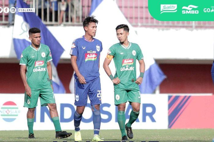 Kapten PSIS Semarang, Hari Nur di antara dua pemain PSS Sleman, Ricky Kambuaya dan Bagus Nirwanto (kanan) pada laga pekan kesembilan Liga 1 2019 di Stadion Maguwoharjo, Kabupaten Sleman, 17 Juli 2019.