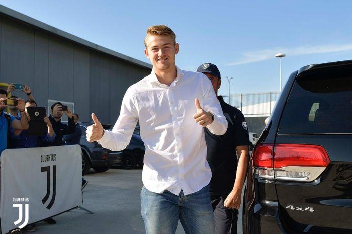 De Ligt saat akan menjalani tes medis di markas Juventus