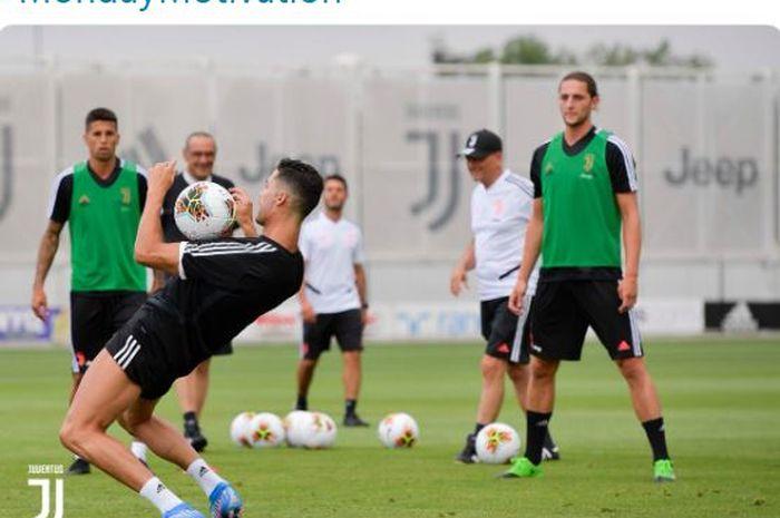 Megabintang Juventus, Cristiano Ronaldo, mengontrol bola dengan dada.