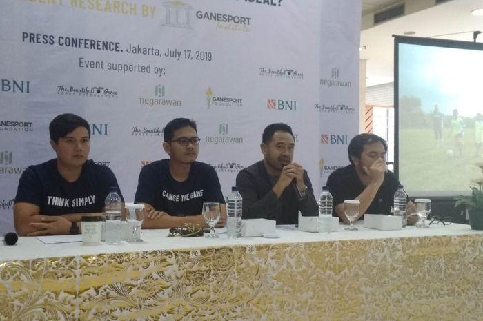 Ponaryo Astaman (dua dari kanan) berbicara dalam diskusi pemaparan hasil riset tentang Ketua Umum PSSI yang Ideal oleh Ganesport Institute di Jakarta, 17 Juli 2019.