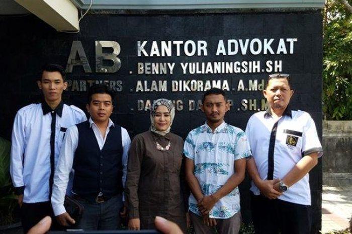 Lalu Dhimas Ajie (dua kiri), korban penganiayaan pesepak bola Kalteng Putra, Patrich Wanggai, didampingi kuasa hukumnya usai memberi pernyataan pada wartawan di kantor AB Partners, Timoho, Rabu (17/7/2019).