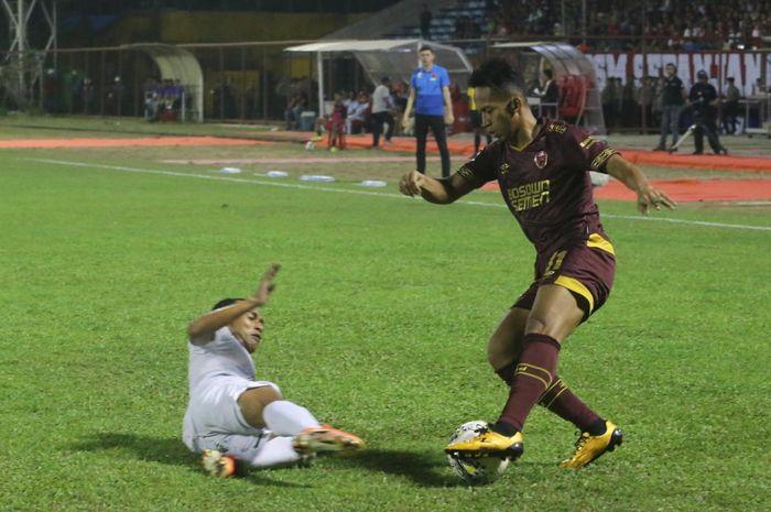 Aksi pemain PSM Makassar, M. Rahmat pada laga kontra Persebaya, di Stadion Andi Mattalatta, Makassar, Rabu (17/7/2019).