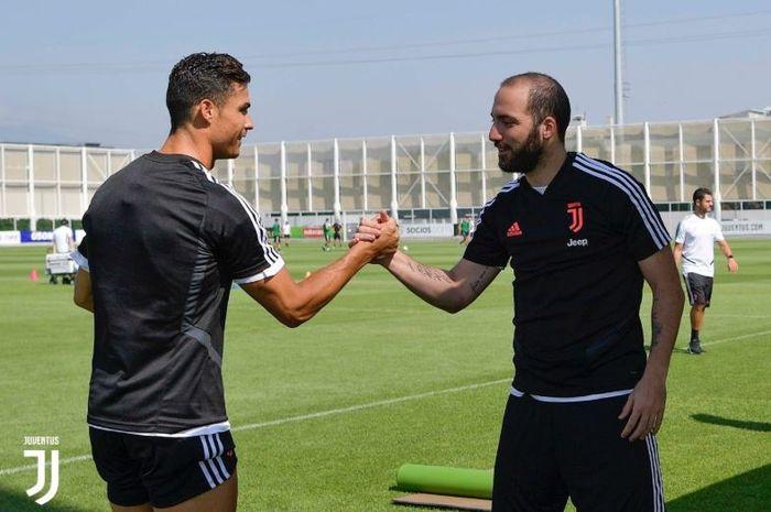 Dua penyerang Juventus, Cristiano Ronaldo dan Gonzalo Higuain bersalaman.