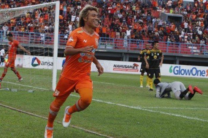 Pemain Borneo FC Asri Akbar selebrasi seusai membobol gawang Barito Putera pada derby papadaan pertandingan Liga 1 2019 di Stadion Segiri Samarinda Kalimantan Timur, Kamis (18/7/2019) sore.