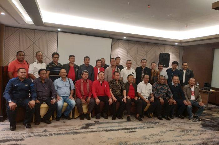 Calon Ketua Umum PSSI, Iwan Bule, bersama dengan Asprov PSSI dan klub Indonesia Timur