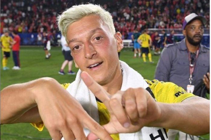 Gelandang Arsenal, Mesut Oezil, dengan rambut barunya.